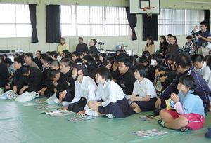 島袋さんの話に耳を傾ける生徒たち